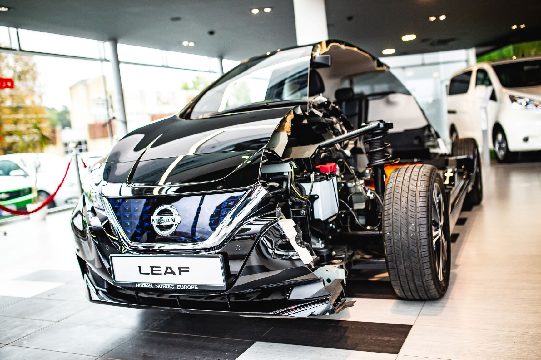 """'Fakto Auto"""" į Lietuvą atvežė pusiau perpjautą Nissan LEAF elektromobilį"""