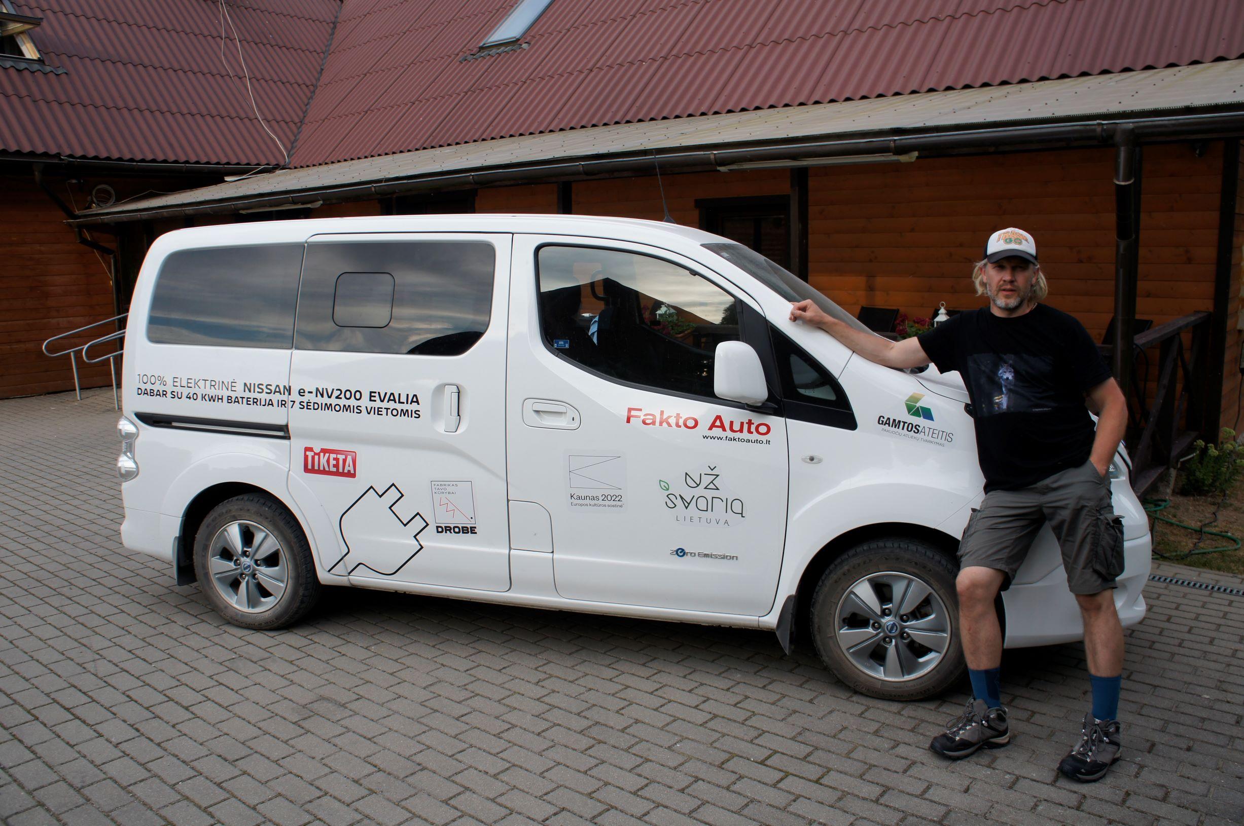 Ekologinio žygio palydovas – elektra varomas furgonas Nissan env200 iš Fakto Auto
